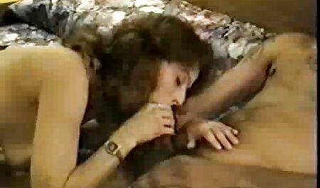 Mujer joven con piernas largas en la cámara tomando gran miembro de su el mejor sexo casero novio
