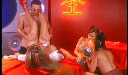 Womanizer de piel oscura pegando una varilla en una ranura videos xxx caseros anal de belleza con collar en el cuello
