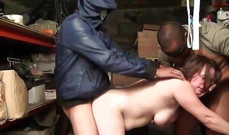Un hombre vestido de negro en el vientre de videos de sexos caseros una puta, acostado en la hierba