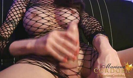 Las chicas en la cama estiran las videos pornos caseros de lesbianas piernas y tienen sexo con un amigo