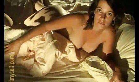 Chica porno casero romantico en bragas con ella en su cama