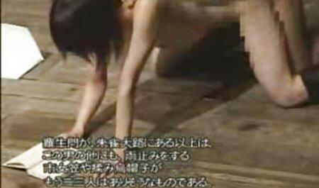 Una mujer con un agujero en sus pantalones tiene un emulador, un sitio web de punto y funcionamiento sedo casero