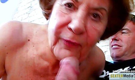 El conserje colocó a una mujer con el pelo rizado en la parte superior de la mesa e insertó el pene xnxxcasero en la vagina