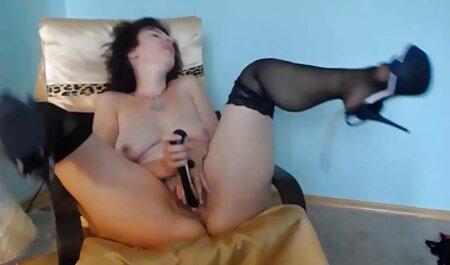 Husband soccer-juega el coño vagina casera xxx de su esposa y la cruza con ambas manos justo delante de la webcam,