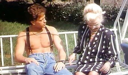La rubia se quitó los jeans y sostuvo una camiseta, luego se acostó en el banco cerca del videos xxx caseros recientes polvo