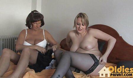 Mamá esbelta con un marco video prono casero de corte corto enviado por una máquina sexual con mariscos y estancia