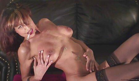 Mujer joven en tacones porno casero lesvico altos en el sofá blanco