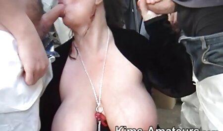 Chica con rizos rizos empuja bragas xeso casero en el coño