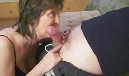 Mamá la metió en el pene de un hombre bombeando sexo casero de esposos en el borde de la cama