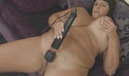 Masaje lubricar a una sexo casero en la cocina mujer con líquido aceitoso y sexo