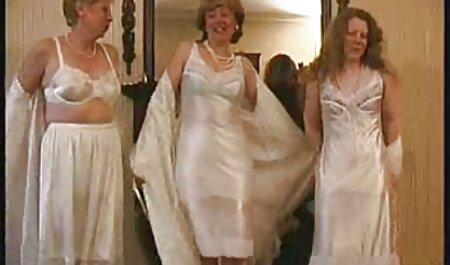 Galletas con un peinado xxx caseros lesbianas de moda, una chica delgada en la cama un blanco como la nieve
