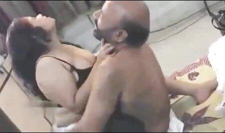 Las niñas se burlan de un hombre en una camiseta negra para tener porno casero tube el comando