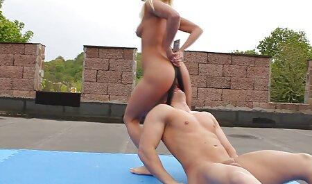 Masaje inserte el miembro en el cuello de su pareja y colóquelo en la caseros amateur vagina sobre la mesa